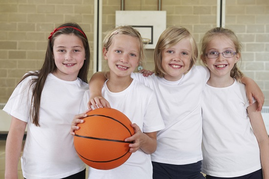 Copii ce practica baschetul