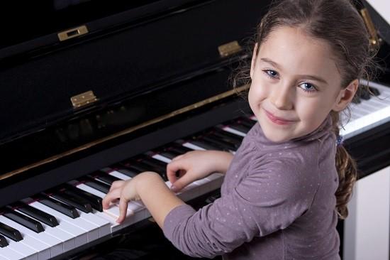 Fetita studiaza pianul