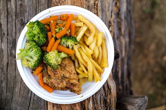 Cartofi prajiti, morcovi, broccoli, friptura de pui