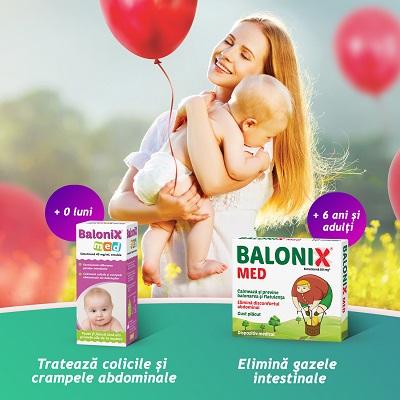 Mama cu bebelus in brate si cu baloane