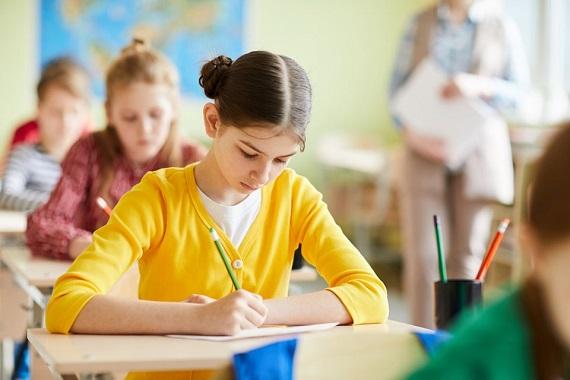 Elevi in timpul unui test sau al unui examen