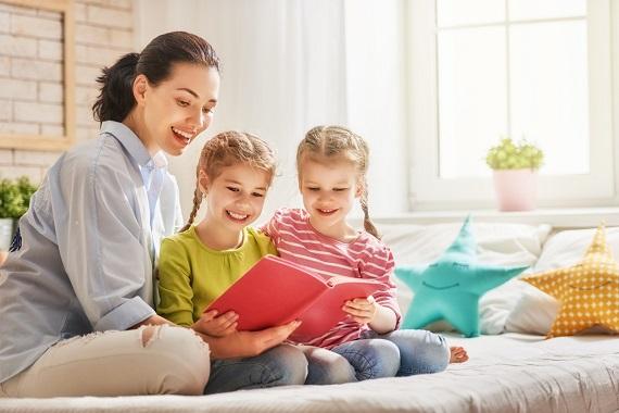Mama le citeste fiicelor sale
