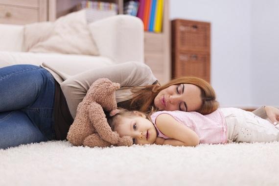 Mama ce a a adormit, iar fetia ei inca nu