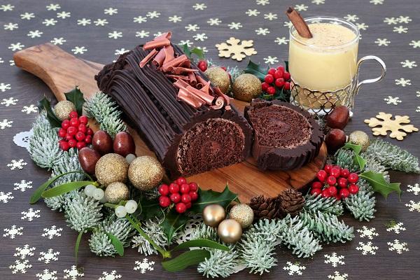 Prajitura Buche de Noel, alaturi de lichior de ou si de ornamente de Craciun