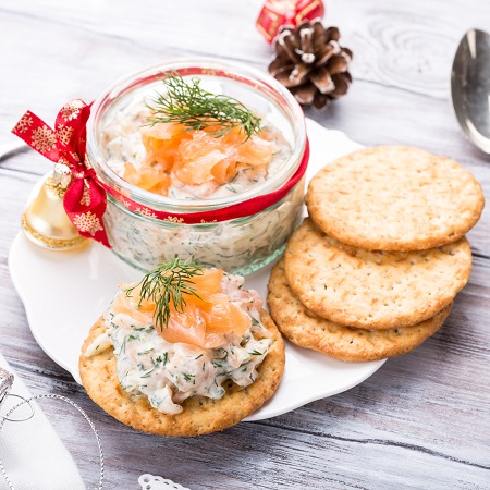 Salata cu somon si biscuiti cu salata de somon