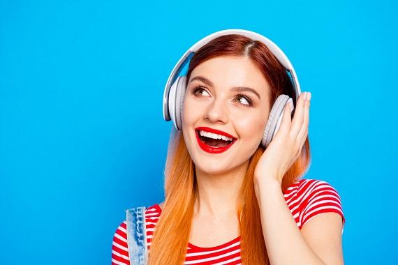 Fata ce asculta muzica la casti