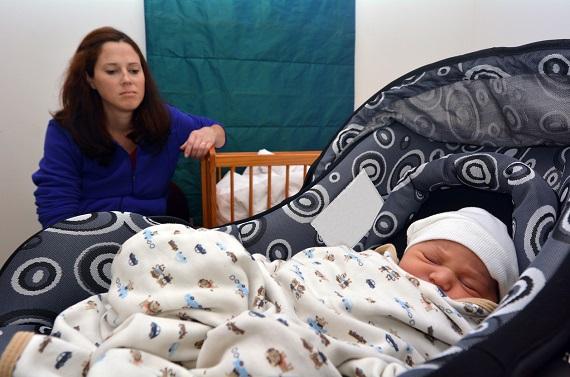 Mama ce nu ii da atentie bebelusului ei