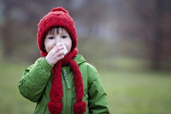 Sfat de la psihologi: copilul bolnav trebuie lasat sa-si continue rutinele zilnice