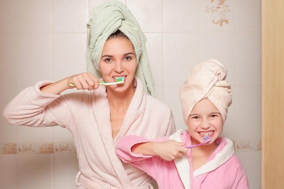 Mama si fetita ei se spala pe dinti