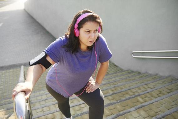 Femeie care oboseste cand incearca sa urce scarile