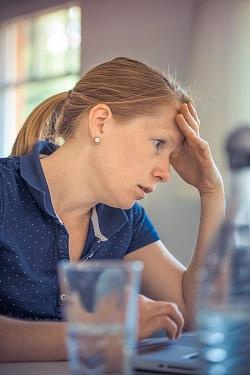 Femeie ingrijorata, stresata