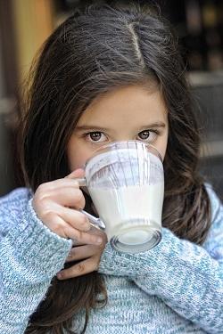 Fetita ce bea lapte