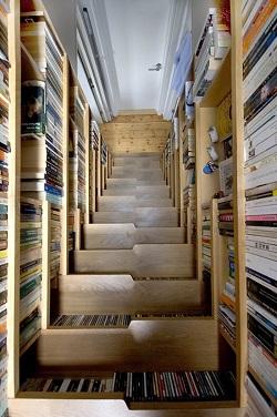 Biblioteca si scari-o idee de design numai buna pentru apartamentele mici