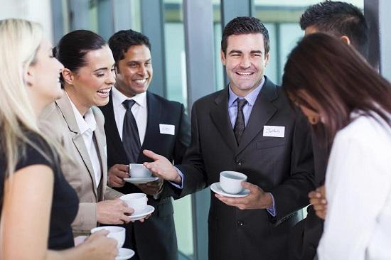 Cum sa fii mai sociabil poti invata si intr-un grup in care se spun glume