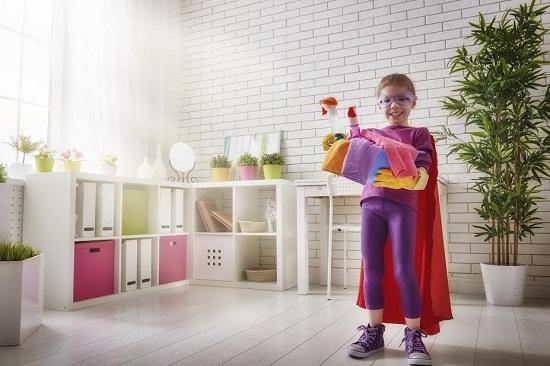 Copil deghizat in timp ce face treburi casnice