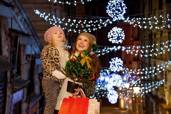 Mama si fiica ce admira luminitele de Craciun