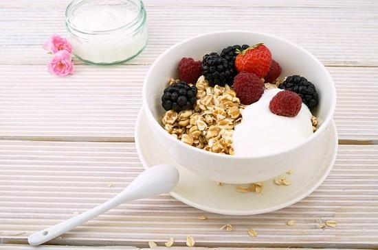 Cereale integrale cu iaurt si fructe de padure