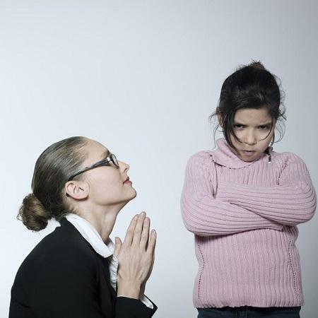 Mama ce isi implora fiica