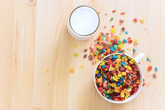 Cereale colorate, alaturi de un pahar cu lapte