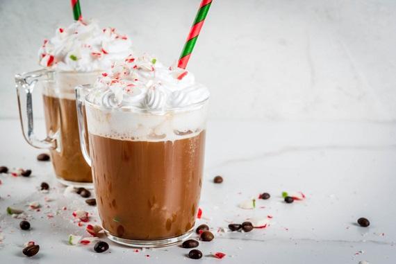 Ciocolata calda decorata cu frisca