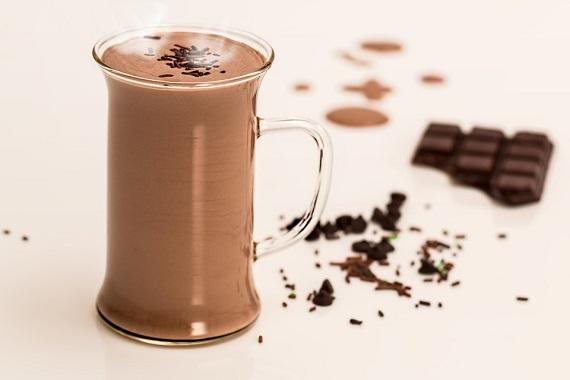 Ciocolata calda de casa decorata cu ciocolata rasa