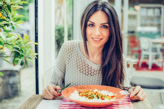 Fata ce doreste sa manance orez cu legume