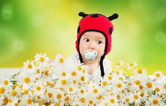 Bebelus printre margarete