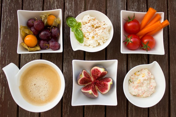 Branza dulce alaturi de diverse fructe si legume