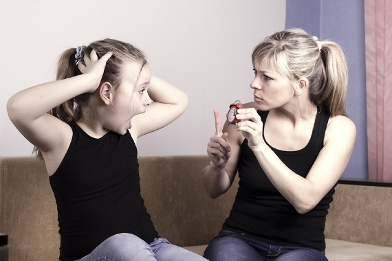 Mama ce ii arata fiicei sale cat este ceasul