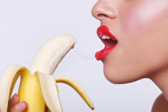 Fata ce vrea sa muste dintr-o banana
