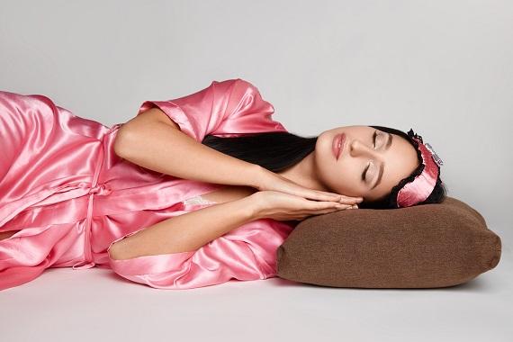Fata in halat roz, ce doarme