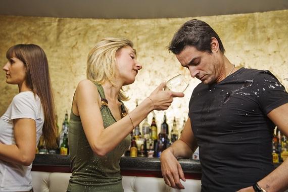 Femeie aflata sub influenta alcoolului, ce nu are un comportament normal