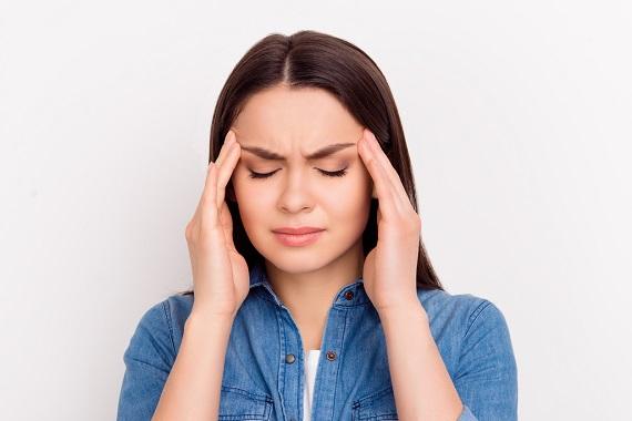 Fata ce are o durere de cap