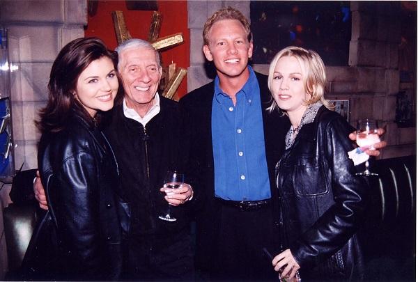 Jennie Garth alaturi de alti colegi din Beverly Hills si de producatorul serialului