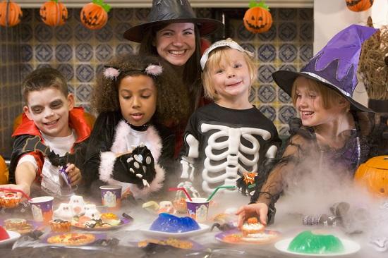 Femeie si copii la o petrecere de Halloween