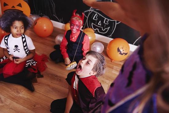Copii la o petrecere de Halloween