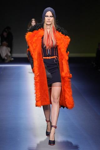 Behati Prinsloo inr-o tinuta Versace