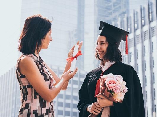 Mama alaturi de fiica ei, dupa ce aceasta a avut ceremonia de absolvire