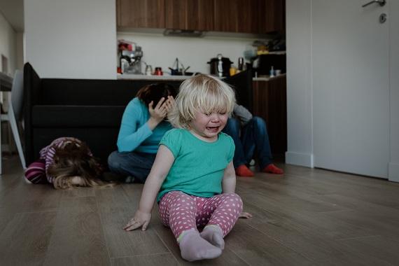 Copil care plange si parinti disperati