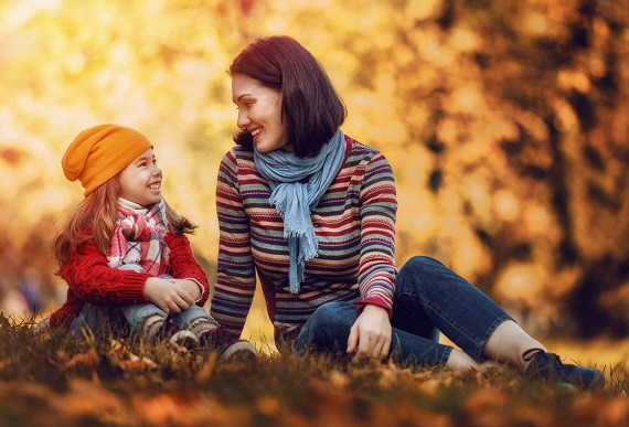 Mama si fiica stau de vorbă pe-afara, intr-o zi de toamna