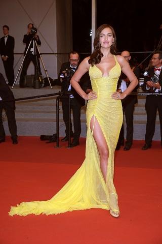 Modelul Irina Shayak la Festivalul de la Cannes