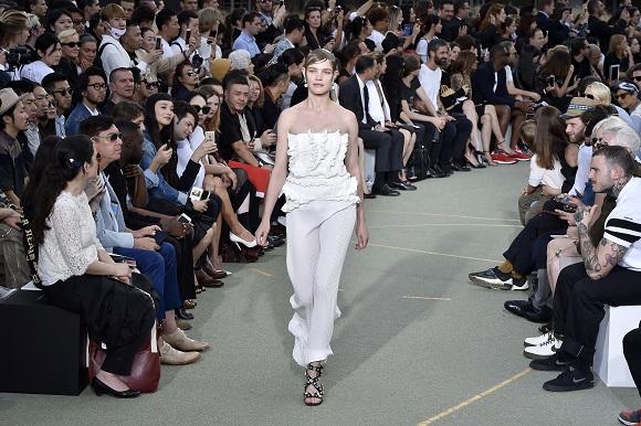 Natalia Vodianova defiland pentru Givenchy