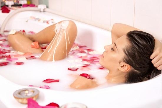 Laptele si uleiul de trandafir sunt utile contra pielii uscate