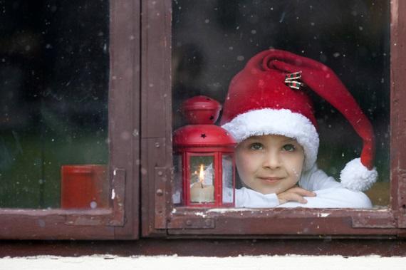 Baietel cu caciulita de Mos Craciun, ce sta la fereastra