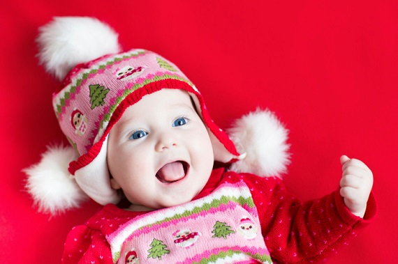 Bebelus cu caciulita cu braduti si omuleti de zapada