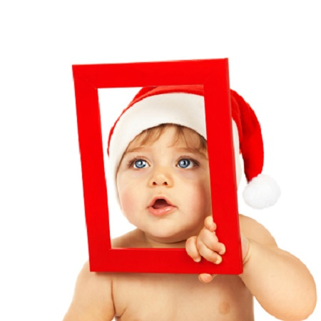 Bebelus ce se uita printr-o rama foto