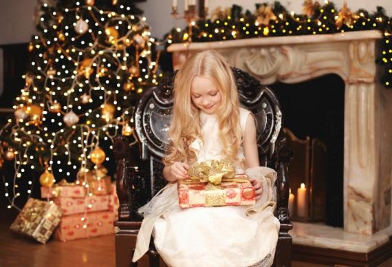 Fetita ce vrea sa se uite la cadoul primit de la Mos Craciun
