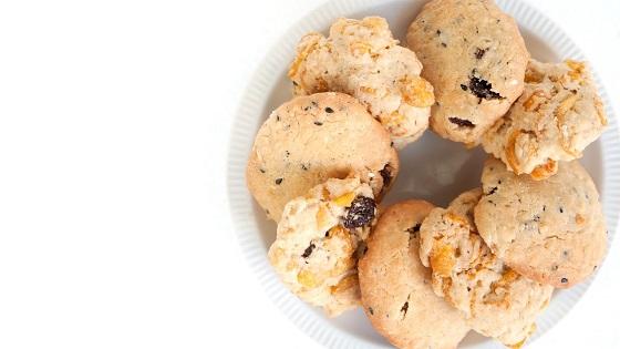 Biscuiti cu cornflakes, stafide si merisoare
