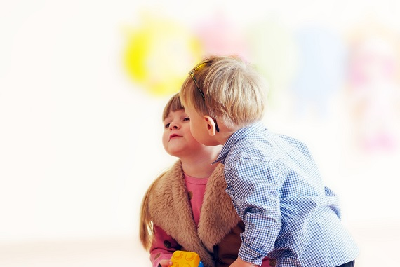 Baietel ce saruta pe obraz o fetita