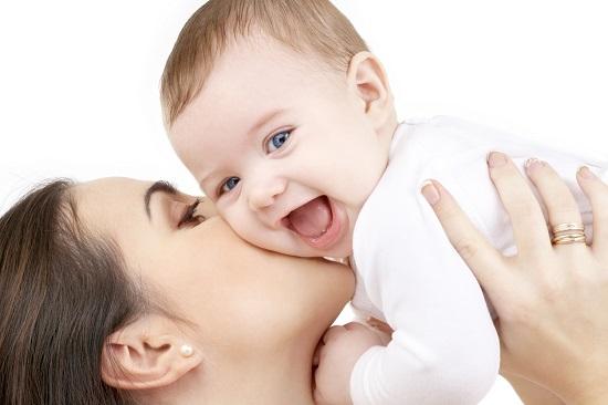 Mama ce isi ridica in brate bebelusul fericit